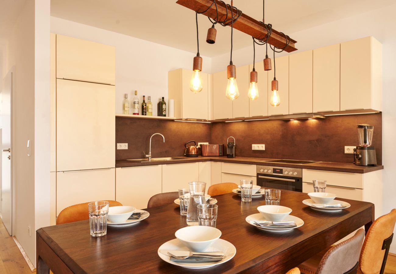 Küche mit Esstisch in der Ferienwohnung Adler Lodge D5 in Tauplitz