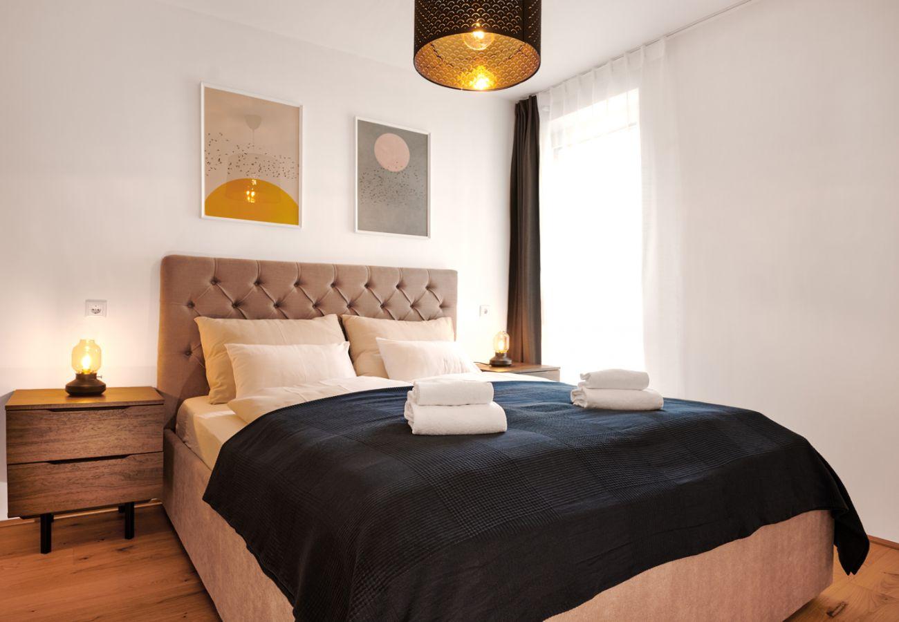 Schlafzimmer 2 mit Fenster in der Ferienwohnung Adler Lodge D5 in Tauplitz