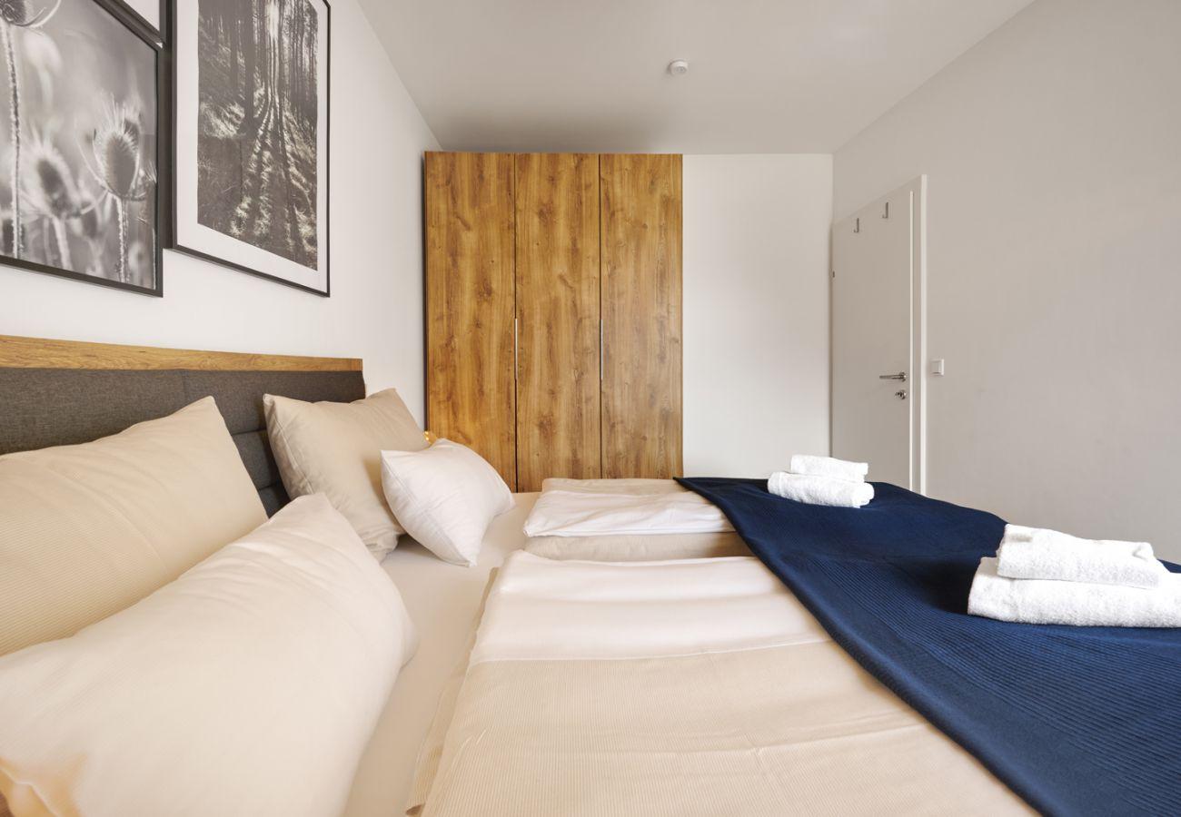 Schlafzimmer 1 mit Kleiderschrank in der Ferienwohnung Adler Lodge D5 in Tauplitz