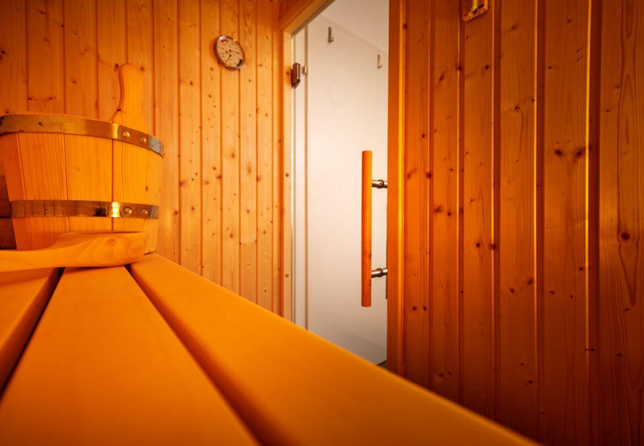 Badezimmer mit Sauna in der Ferienwohnung Adler Lodge D5 in Tauplitz
