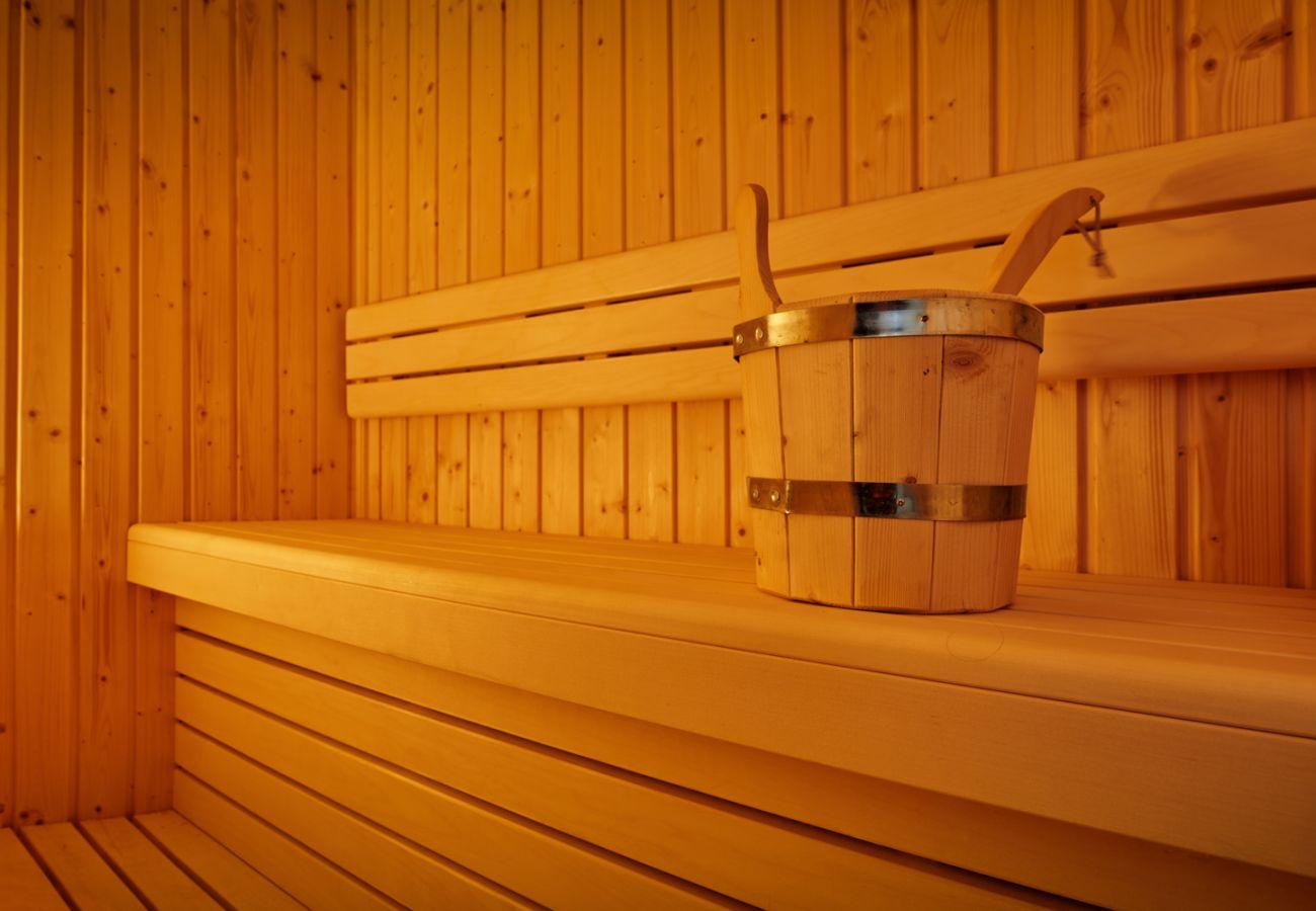 Badezimmer mit Sauna in der Ferienwohnung Adler Lodge D5 in Tauplitz, Details