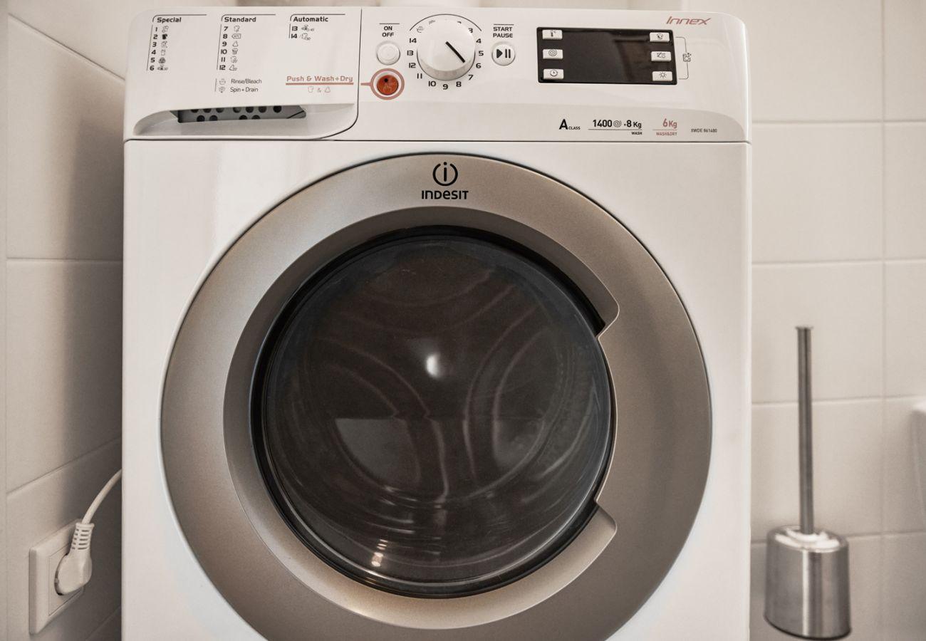 Badezimmer mit Waschmaschine in der Ferienwohnung Adler Lodge D5 in Tauplitz, Details