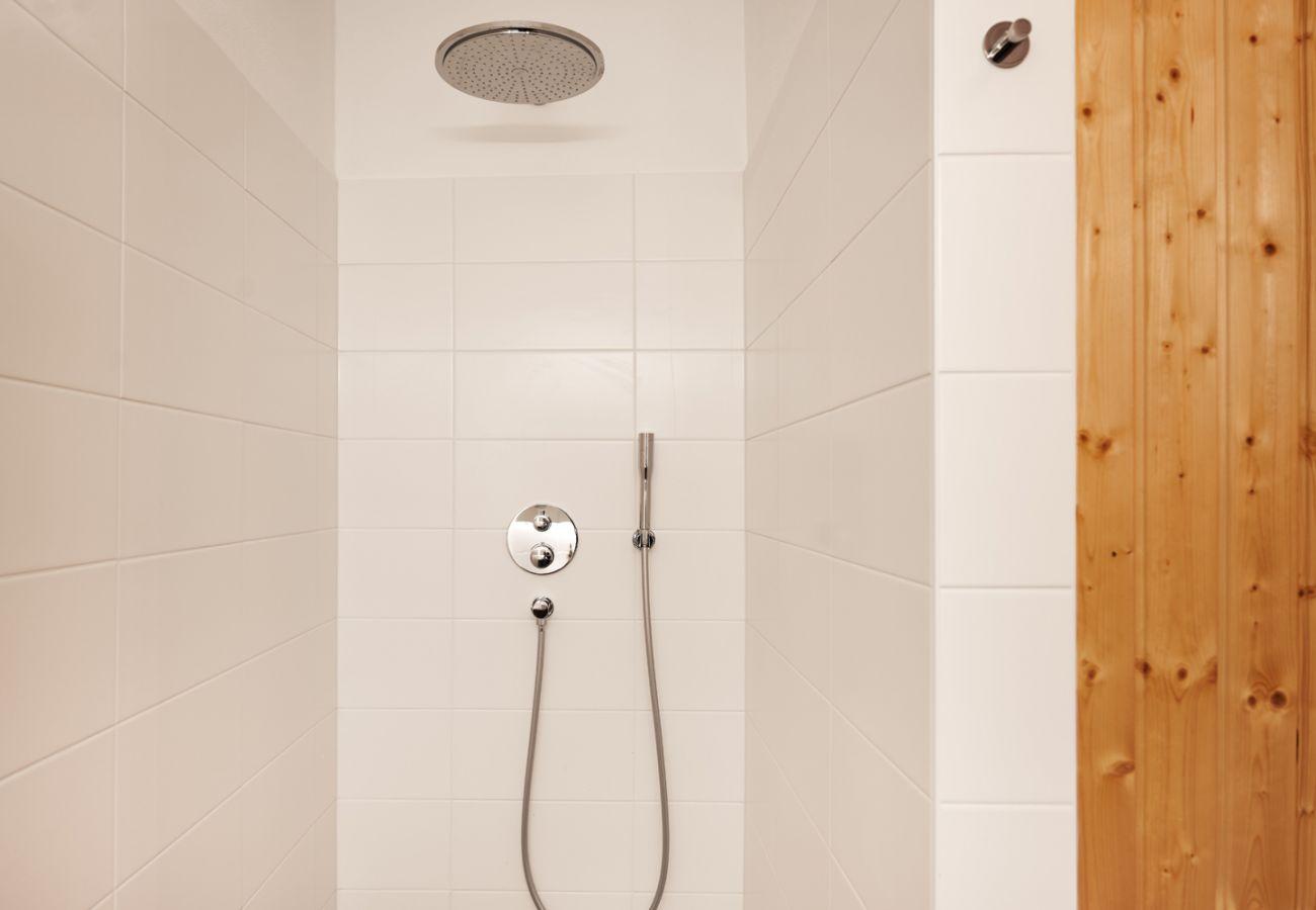 Badezimmer mit Waschmaschine, Regendusche sowie Sauna in der Ferienwohnung Adler Lodge D5 in Tauplitz
